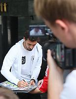 Mats Hummels (Deutschland Germany) wird beim  Autogramme geben gefilmt - *cs*31.08.2017: Teamankunft Deutschland in Prag, Marriott Hotel