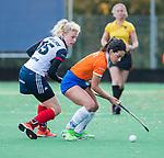 HUIZEN - Hockey - Pili Romang (Bldaal)  met Noa van Leer (Huizen) ,    Hoofdklasse hockey competitie, Huizen-Bloemendaal (2-1) . COPYRIGHT KOEN SUYK