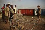 Terremoto en Haiti.  Los habitantes de Puerto Principe se acercan a los campamentos de los Marines de Estados Unidos (EE.UU.) para pedir comida..After quake in Haiti, the population affected suffer the consecuences of the disaster