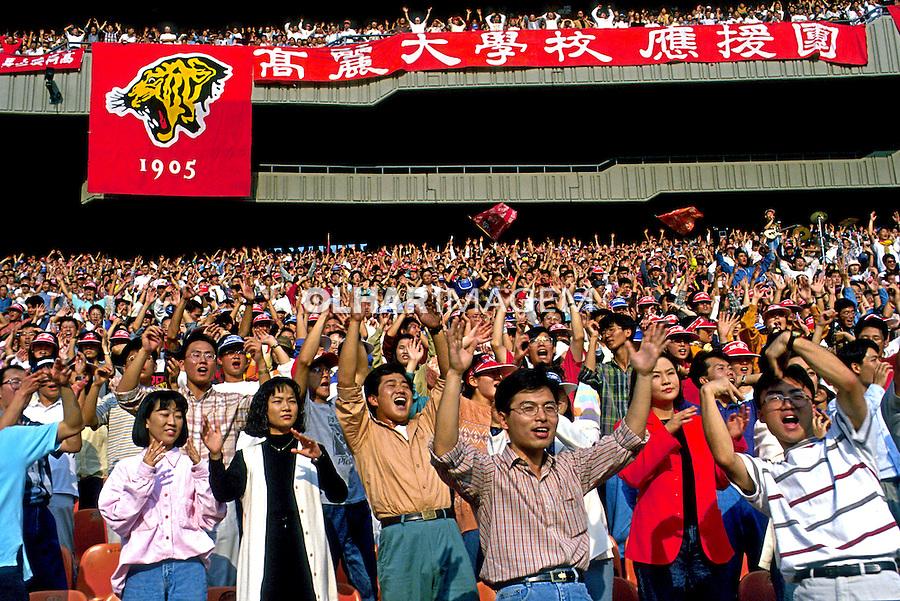 Torcida de futebol no Estádio Olímpico de Seul. Coréia do Sul. 1999. Foto de Ricardo Azoury.