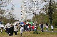 Viele Eltern im Zieleinlauf beim Mainuferlauf im Rahmen des Main Fest