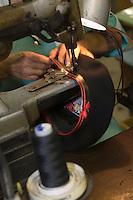 Europe/France/Aquitaine/64/Pyrénées-Atlantiques/Nay: Fabrication artisanale du Béret basque  en fait d'origine Béarnaise chez Blancq-Olibet - Pose du cuir
