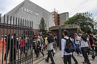 ATENCAO EDITOR FOTO EMBARGADA PARA VEICULO INTERNACIONAL - SAO PAULO, SP, 04 NOVEMBRO 2012 - ENEM - Estudantes chegam para a realizacao do Exame Nacional do Ensino Medio (ENEM), na FATEC Bom Retiro regiao central da capital neste domingo, 04. FOTO: WILLIAM VOLCOV - BRAZIL PHOTO PRESS.