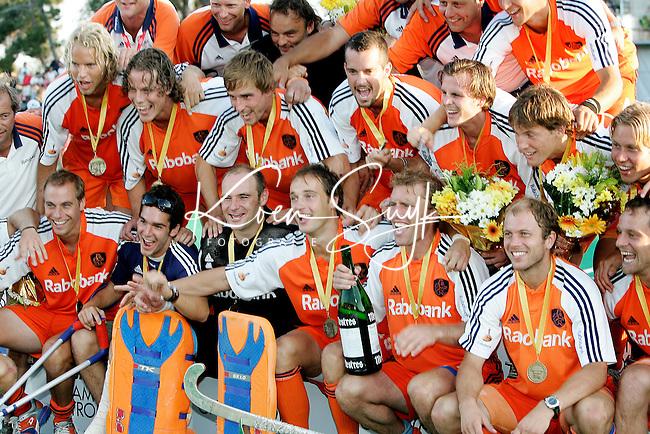TERRASSA - Oranje met de trophy, zondag na de Champions Trophy finale Nederland-Duitsland (2-1) in Terrassa, Spanje. ANP PHOTO KOEN SUYK