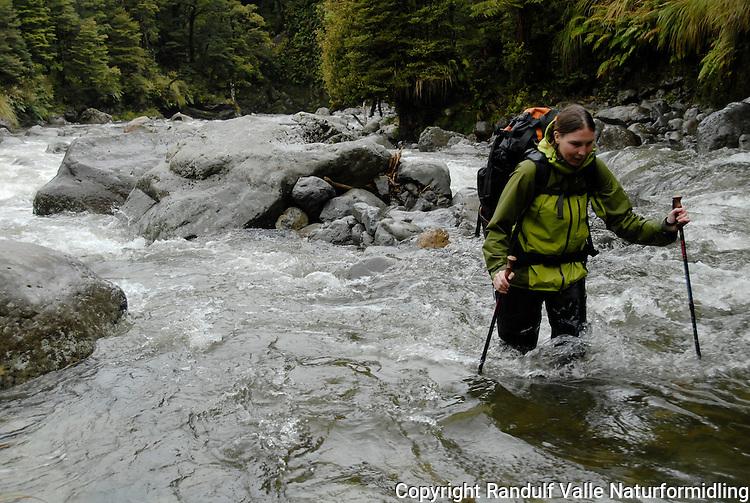 Jente vader over stri elv ---- Girl fording river