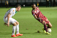 IBAGUÉ -COLOMBIA, 12-08-2015. Omar Albornoz (Der) jugador de Deportes Tolima disputa el balón con Deiver Parra (Izq) jugador del Patriotas FC por la fecha 16 de la Liga Aguila II 2016 jugado en el estadio Manuel Murillo Toro de la ciudad de Ibagué./ Omar Albornoz (R) player of  Deportes Tolima vies for the ball with Deiver Parra (L) player of Patriotas FC for the date 16 of the Aguila League II 2016 played at Manuel Murillo Toro stadium in Ibague city. Photo: VizzorImage / Juan Carlos Escobar / Str