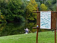 Angler an Totarm der kleinen Donau bei Kolarovo, Nitriansky kraj, Slowakei, Europa<br /> Angler at cutoff of Small Danube River near Kolarovo, Nitriansky kraj, Slovakia Europe