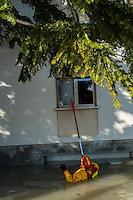 Domenica 19 gennaio il fiume Secchia rompe gli argini e riversa le sue acque nella pianura modenese sommergendo Villavara, Bastiglia,Sorbara, Bomporto, Solara e tutto quello che sta in mezzo. Tre giorni dopo torna il sole ma rimane l'acqua che nel cetro di Bomporto misura oltre un metro. Le persone sono rimaste nelle loro case, spesso sono anziane. Necessitano di candele, di accendini o di ricaricare il cellulare. I vigili del fuoco di Parma con i loro gommoni portano le persone alle loro case, consegnano le candele.