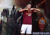 "Calcio: allenamento a porte aperte ""Open Day"" per la presentazione della Roma, a Roma, stadio Olimpico, 21 agosto 2013.<br /> AS Roma forward Erik Lamela, of Argentina, adjusts his jersey as he arrives for the club's Open Day training session at Rome's Olympic stadium, 21 August 2013.<br /> UPDATE IMAGES PRESS/Riccardo De Luca"