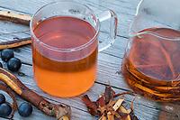 Wurzel-Rinden-Tee aus der Rinde von Schlehenwurzeln, Schlehenwurzel, Schlehen-Wurzeln, Schlehen-Wurzel, Wurzeln, Wurzel, Rinde, Kräutertee, Heiltee, Rindentee, Tee, Wurzeltee, Schlehe, Gewöhnliche Schlehe, Schwarzdorn, Prunus spinosa, Blackthorn, Sloe, root, roots, bark, rind, tea, herbal tea, herb tea, Epine noire, Prunellier