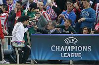 MADRID, ESPANHA, 22.04.2014 - LIGA DOS CAMPEOES - ATLETICO DE MADRID - CHELSEA - O goleiro do Chelsea, Petr Cech usa um cobertor para se proteger do frio, depois de se contundir, ao deixar o gramado do estádio Vicente Calderón, em Madri, Espanha durante a semifinal da Liga dos Campeões da Europa contra o Atlético de Madrid. (FOTO: CESAR CEBOLA / ALFAQUI / BRAZIL PHOTO PRESS