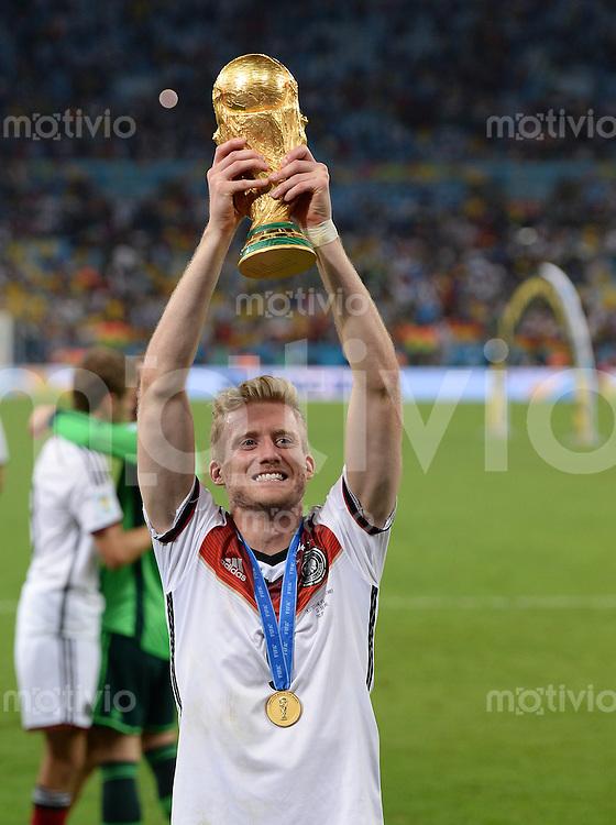 FUSSBALL WM 2014                       FINALE   Deutschland - Argentinien     13.07.2014 DEUTSCHLAND FEIERT DEN WM TITEL: Andre Schuerrle jubelt mit dem WM Pokal