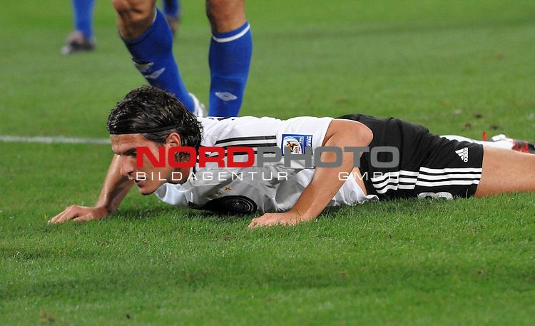 Fussball, L&auml;nderspiel, WM 2010 Qualifikation Gruppe 4 in D&uuml;sseldorf<br />  Deutschland (GER) vs. Aserbaidschan ( AZE )<br /> <br /> Mario Gomez ( GER /  Bayern #18) am Boden liegend nach der vergebenen Torchance per Kopfball in der 1. Halbzeit<br /> <br /> <br /> Foto &copy; nph (  nordphoto  )<br />  *** Local Caption *** <br /> <br /> Fotos sind ohne vorherigen schriftliche Zustimmung ausschliesslich f&uuml;r redaktionelle Publikationszwecke zu verwenden.<br /> Auf Anfrage in hoeherer Qualitaet/Aufloesung