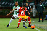 MEDELLÍN - COLOMBIA - 29 - 03 - 2017: Edwin Velasco (Izq.) jugador de Atlético Nacional disputa el balón con Jonathan Gomez (Der.), jugador de Independiente Santa Fe, durante partido aplazado de la fecha 1, entre Atletico Nacional y el Independiente Santa Fe, por la Liga Águila I 2017, jugado en el estadio Atanasio Girardot de la ciudad de Medellín. / Edwin Velasco (L) player of Atletico Nacional vies for the ball with Jonathan Gomez (R), player of Independiente Santa Fe, during a match of the date 1 between Atletico Nacional and Deportivo Independiente Medellin for the Aguila League I 2017, played at Atanasio Girardot stadium in Medellin city. Photo: VizzorImage / León Monsalve / Cont.