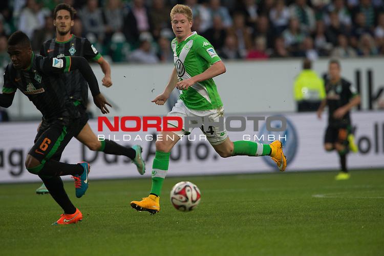27.09.2014, Volkswagen Arena, Wolfsburg, GER, 1.FBL, VFL Wolfsburg vs Werder Bremen, im Bild<br /> Kevin de Bruyne (VfL Wolfsburg)<br /> <br /> auf dem Weg zur Vorlage zum 1 zu 0 <br /> <br /> Einzelaktion, Ganzk&ouml;rper / Ganzkoerper, Querformat <br /> li C&eacute;dric Makiadi (Bremen #6)<br /> <br /> <br /> Foto &copy; nordphoto / Kokenge