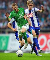 FUSSBALL   1. BUNDESLIGA   SAISON 2011/2012    7. SPIELTAG SV Werder Bremen - Hertha BSC Berlin                   25.09.2011 Aaron HUNT (li, Bremen) gegen Peter NIEMEYER (re, Berlin)