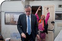 Il ministro Riccardi visita campo rom