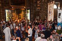 Europe/France/13/Bouches du Rhone/Camargue/Parc Naturel Régionnal de Camargue/Saintes Maries de la Mer: Dans l'église, lors du Pélerinage les gitans Messe avant la Procession à la mer de Sainte Sara, la Vierge Noire