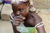 NIGER Maradi, prostitute Hassana 17 years old sniffs glue / NIGER Maradi, Prostituierte Hassana, 17 Jahre, schnueffelt Klebstoff