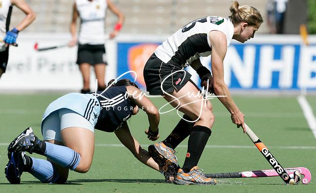 AMSTELVEEN - De Argentijnse Augustina Garcia (l) probeert Marion Rodewald van Duitsland te stoppen, dinsdag tijdens de wedstrijd Duitsland-Argentinie om de Rabo Champions Trophy 2006 in Amstelveen. ANP PHOTO KOEN SUYK