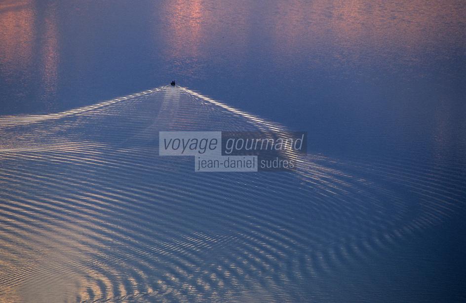 Europe/France/Bretagne/56/Morbihan/Golfe du Morbihan: Le golfe au soleil couchant et sillage de bateau  Vue aérienne