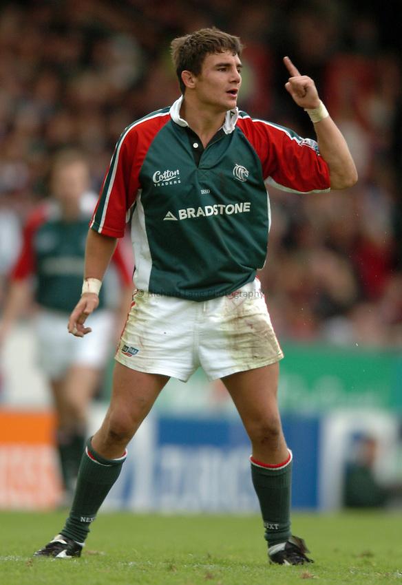 Photo. Henry Browne. Leicester v Bath. Zurich Premiership. 09/10/2004..Harry Ellis.
