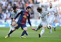 FUSSBALL  INTERNATIONAL  PRIMERA DIVISION  SAISON 2011/2012   26. Spieltag  El Clasico   Real Madrid  - FC Barcelona        02.03.2013 Lionel Messi (Mitte, Barca) gegen Luka Modric (re, Real Madrid) und Alvaro Morata (li, Real Madrid)
