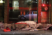 SAO PAULO, SP, 25/07/2013, FRIO E CHUVA. Quinta-feira (25) amanheceu com chuva em Sao Paulo, na Rua Boa Vista, centro da capital, moradores se protegem do frio LUIZ GUARNIERI/BRAZIL PHOTO PRESS.