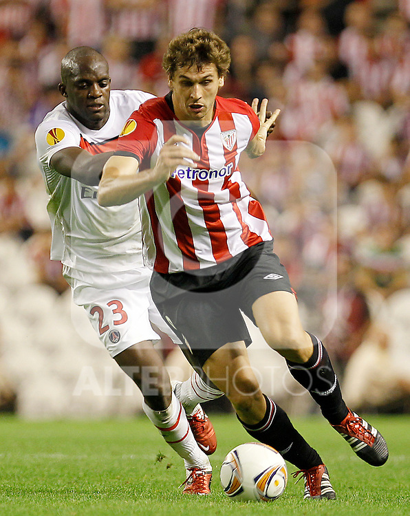 Athletic de Bilbao's Fernando LLorente (r) and Paris Saint-Germain's Mohamed Sissoko during Europa League match.September 29,2011. (ALTERPHOTOS/Acero)