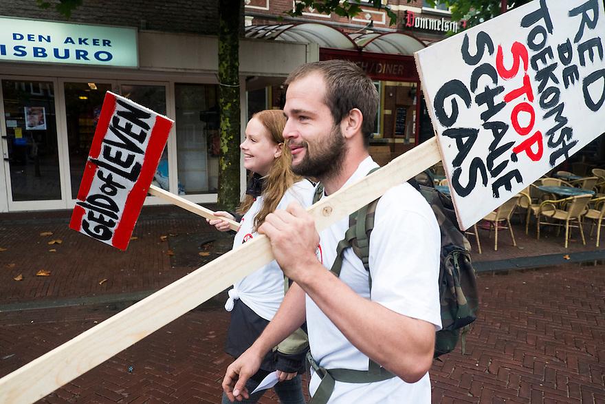 Nederland, Boxtel, 14 sept  2013<br /> Manifesatie tegen  proefboringen voor schaliegas  in  Boxtel. Demonstranten met borden komen aan bij de demonstratie<br /> <br /> Foto(c): Michiel Wijnbergh