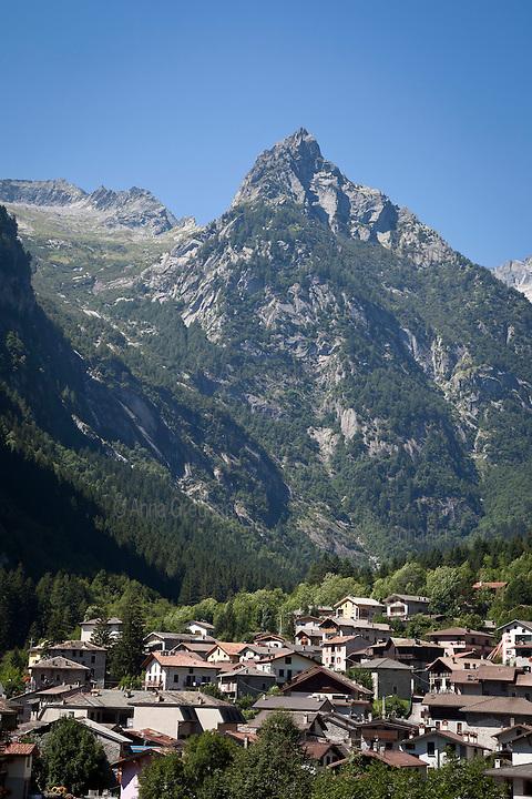 San Martino,il Paese che si trova all'imbocco della Val di Mello sormontato dalla Punta Fiorelli. St. Martin, the country at the beginning of Val di Mello.