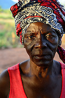 Zambia Chiawa, farmer woman living in Game Reserve Area of Lower Zambezi Nationalpark, the village is often attacked by wild animals / SAMBIA Chiawa, Doerfer im Game Reserve Area des Lower Zambezi Nationalpark, die Dorfbewohner und ihre Felder werden haeufig von Wildtieren attackiert, Frau Ekrin Mpona, 43