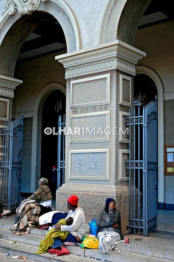 Mendigos na porta de igreja. São Paulo. 2006. Foto de Juca Martins.
