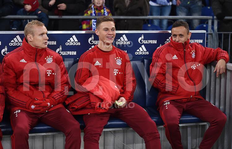 Fussball  1. Bundesliga  Saison 2015/2016  13. Spieltag in Gelsenkirchen FC Schalke 04 - FC Bayern Muenchen     21.11.2015 Ersatzbank FC Bayern Muenchen; Sebastian Rode, Joshua Kimmich und Rafinha (v.li.)