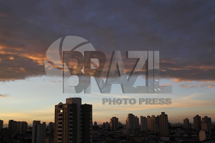 SAO PAULO, SP, 10-04-2014, AMANHECER. Amanhecer em Sao Paulo, na manha dessa quinta-feira (10) na região da Mooca, zona leste da capital paulista.          Luiz Guarnieri/ Brazil Photo Press.