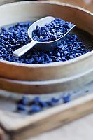Europe/France/Midi-Pyrénées/31/Haute-Garonne/Toulouse: Confiserie - Fabrication des violettes de Toulouse à la Société Candiflor _ Fleurs de violette cristalisée avant le  conditionnement