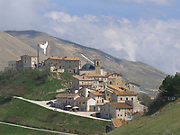Italien, Umbrien, Castelluccio: Bergdorf in den Sibillinischen Bergen | ITA, Umbria, Castelluccio: mountain village at the Sibillini mountains