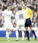 Real Madrid's James Rodriguez (l) and Luka Modric (c) have words with the referee Alfonso Javier Alvarez Izquierdo during La Liga match. February 13,2016. (ALTERPHOTOS/Acero)