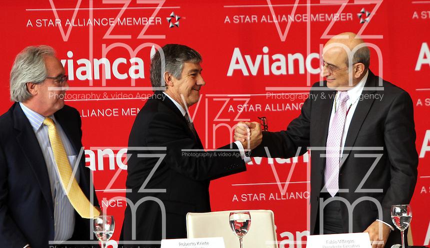 BOGOTA - COLOMBIA- 28 -05-2013 : Aerol&iacute;neas Integradas en Avianca Holdings S.A.,presentaron su marca comercial &uacute;nica :Avianca.De izquierda a derecha:Licenciado Roberto Kriete,Presidente de la Junta Directiva Avianca Holdings S.A. ,  Fabio Villegas Ram&iacute;rez ,Presidente  Ejecutivo y CEO de Avianca    y el  presidente de la Junta Directiva de Avianca se&ntilde;or Germ&aacute;n Efr&oacute;movich . Integrated into Avianca Airlines Holdings SA, presented their unique trademark: Avianca. left to right: Mr. Roberto Kriete, Chairman of the Board Avianca Holdings SA ,  Fabio Villegas Ramirez, President and CEO of Avianca <br /> the  Chairman of the Board Mr. Germ&aacute;n Efromovich Avianca   (Foto: VizzorImage / Felipe Caicedo /Staff)