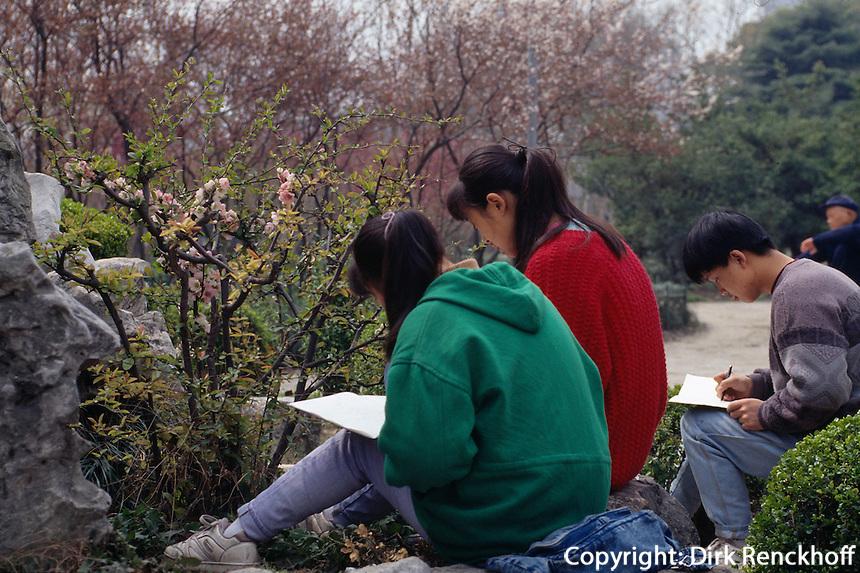 Schülerinnen  zeichnen Blumen im Hongkou-Park, Shanghai, China