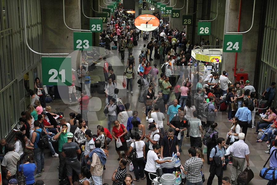 ATENCAO EDITOR: FOTO EMBARGADA PARA VEICULO INTERNACIONAL - SAO PAULO, SP, 08 FEVEREIRO 2013 - MOVIMENTACAO RODOVIARIA TIETE - Movimentação intensa na rodoviaria do Tiete nessa vespera de feriado muita gente viajando para aproveitar o feriado prolongado do carnaval nessa sexta 08. (FOTO: LEVY RIBEIRO / BRAZIL PHOTO PRESS)..