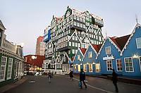 Nederland Zaandam 2015.  Het vernieuwde centrum van Zaandam. Rechts het Inntel hotel , dat lijkt te bestaan uit gestapelde zaanse huisjes.. Foto Berlinda van Dam / Hollandse Hoogte