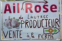 Europe/France/Midi-Pyrénées/81/Tarn/Lautrec: Panneau: Ail rose de Lautrec, devant des fermes