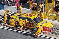 Joey Logano pit stop, Daytona 500, NASCAR Sprint Cup Series, Daytona International Speedway, Daytona Beach, FL