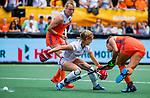 Den Bosch  - Frederique Matla (Ned) met Anne-Sophie Weyns (Belgie)     tijdens  de Pro League hockeywedstrijd dames, Nederland-Belgie (2-0).    COPYRIGHT KOEN SUYK