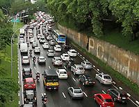 ATENCAO EDITOR: FOTO EMBARGADA PARA VEICULO INTERNACIONAL - SAO PAULO, SP, 14 DEZEMBRO 2012 - TRANSITO EM SAO PAULO -  Transito na 23 de maio nessa manha no sentido zona sul na regiao do viaduto da rua Tutoia no paraiso zona central da capital paulista nessa sexta, 14. (FOTO: LEVY RIBEIRO / BRAZIL PHOTO PRESS)