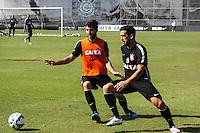 SÃO PAULO, SP, 22.05.2015 - FUTEBOL-CORINTHIANS -Felipe (e) e Edilson (d) jogadores do Corinthians durante sessão de treinamento no Centro de Treinamento Joaquim Grava na região leste de São Paulo nesta sexta-feira, 22. (Foto: Marcos Moraes/Brazil Photo Press)