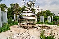"""Festival International des Jardins de Chaumont-sur-Loire (13ème) 2004 .<br /> Thème de l'année,""""Vive le chaos"""",ordre & désordre au jardin.<br /> Jardin """"Métaphores"""", par l'institut Quasar (Italie)."""