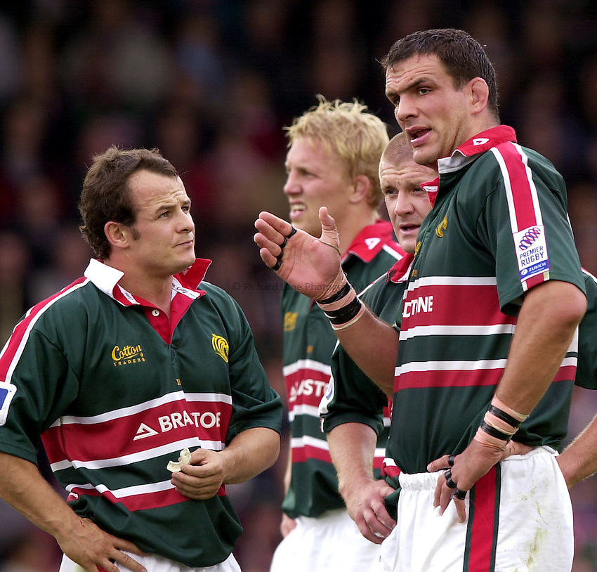 Photo. Richard Lane. .Leicester Tigers v Bath Rugby. Zurich Premiership. 05/10/2002.Martin Johnson gives out the orders as Austin Healey listens in.