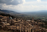 Italy: Assisi--panorama. Photo '85.